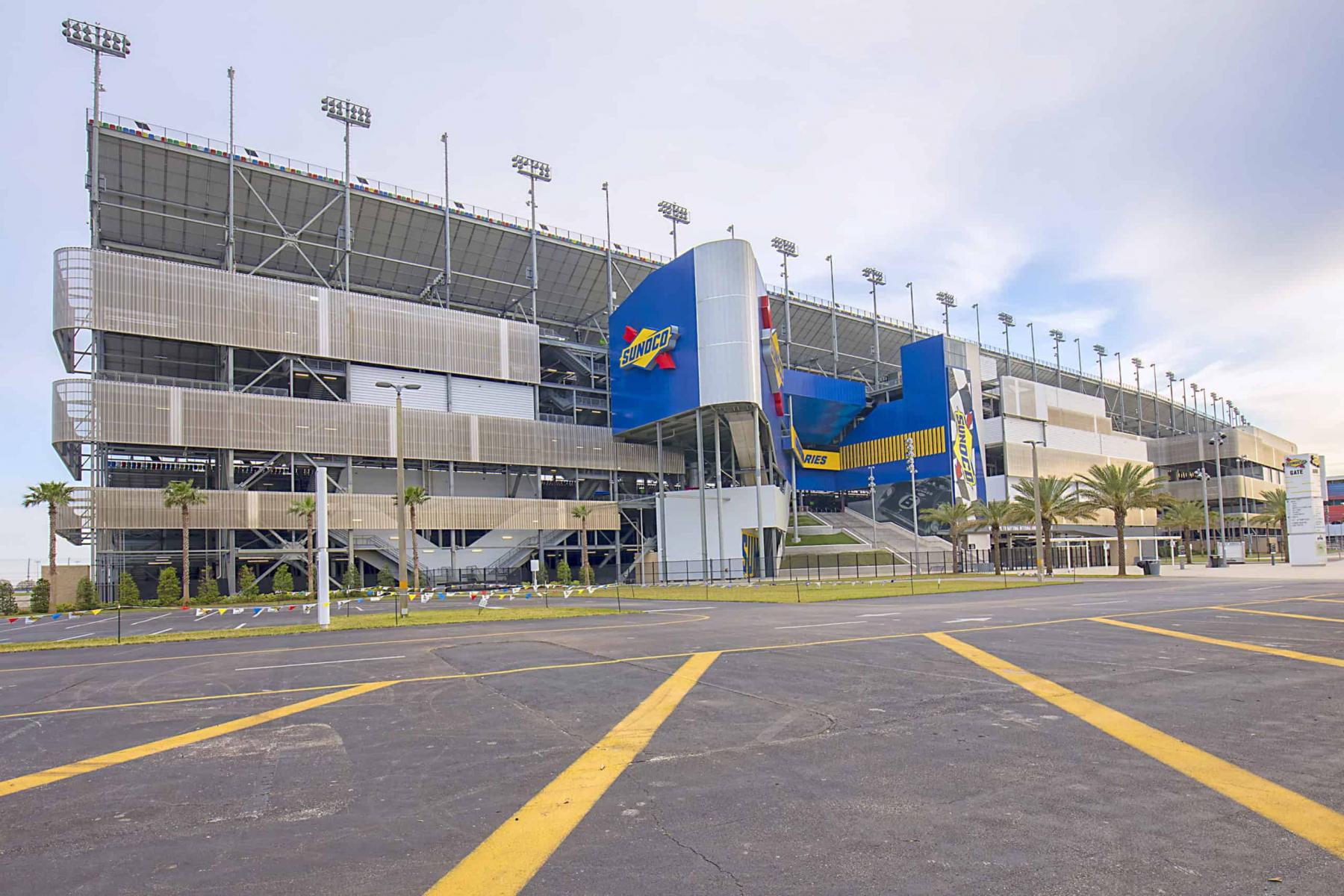 Noch sind die Parkplätze leer. Zuschauer werden aber auch am Wochenende nicht zugelassen.
