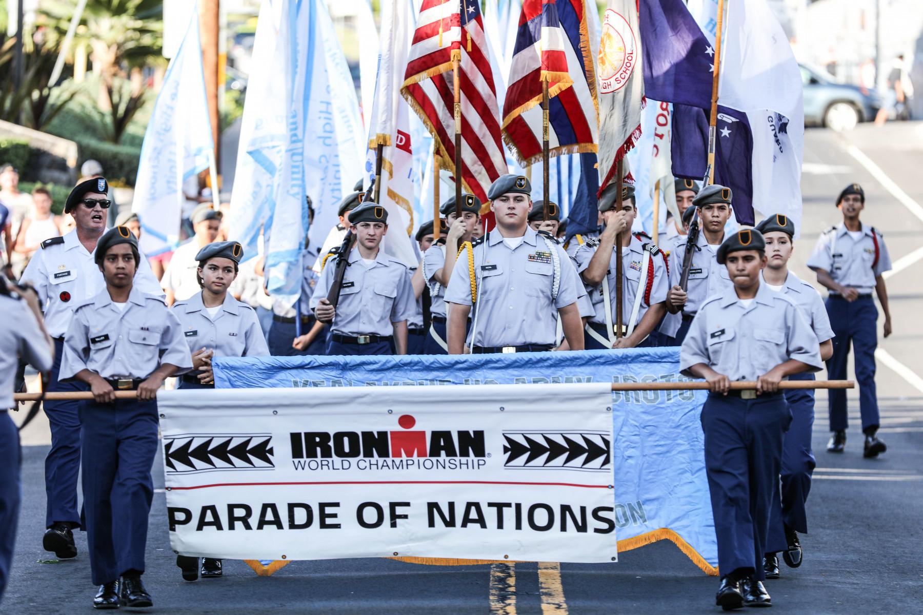 Aus 74 Ländern kommen die Teilnehmer der Ironman-WM auf Hawaii. Vier Tage vor dem großen Rennen ziehen die Athleten mit Pauken und Trompeten über den Alii Drive.