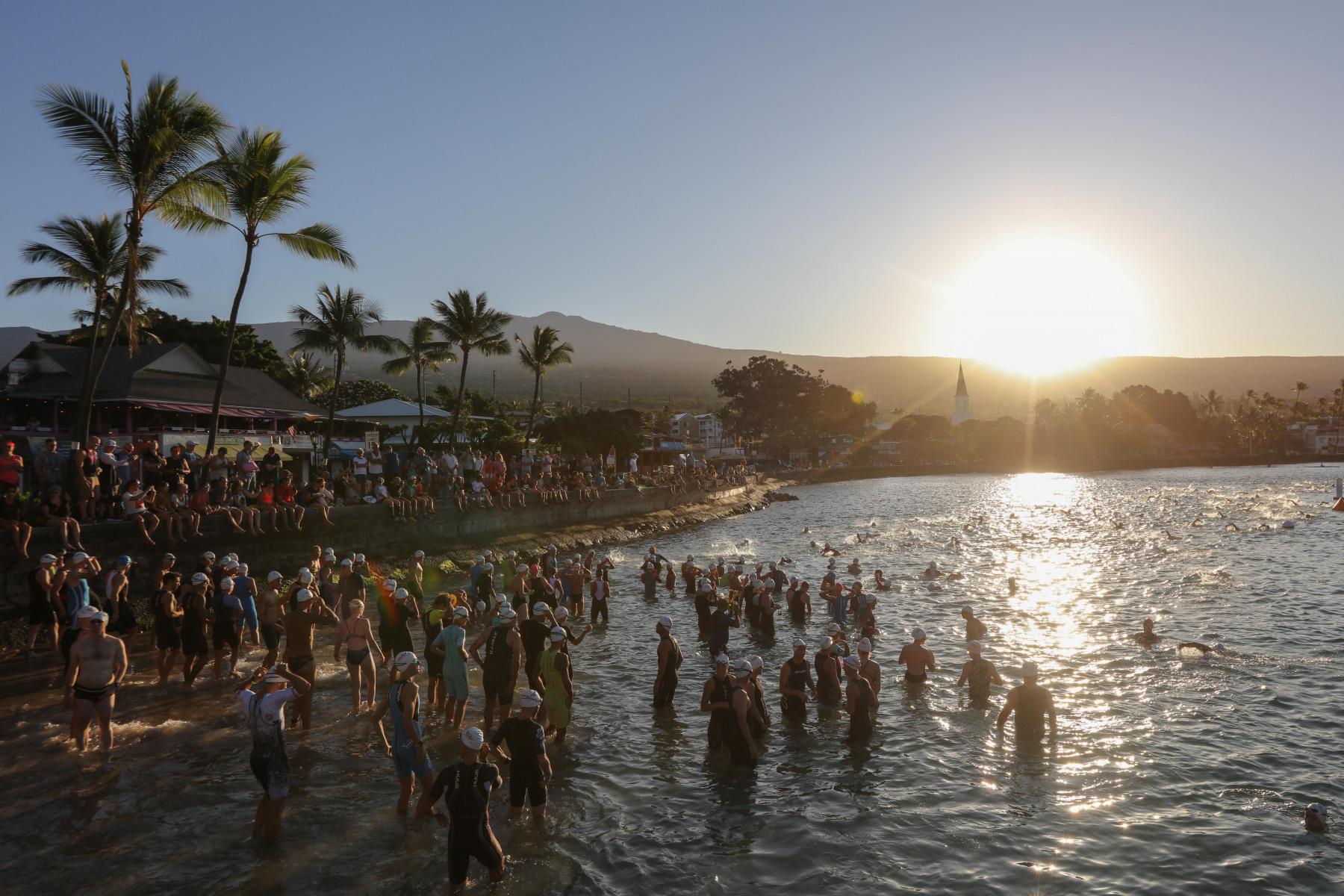 Die ersten Athleten schwimmen zur Startlinie.