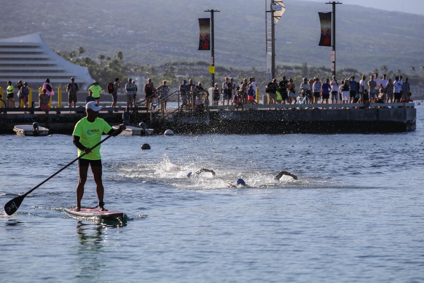 """Die ersten Athleten erreichen in der Gruppe den Strand vor dem """"King Kam Hotel"""""""