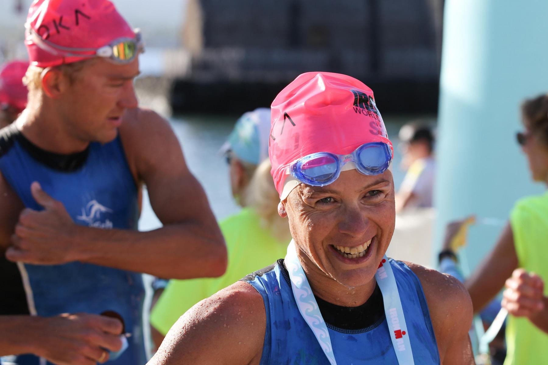 Sarah Crowley legt ein sehr gutes Schwimmen hin und kommt als schnellste Frau fast zeitgleich mit Nils Frommhold aus dem Wasser.