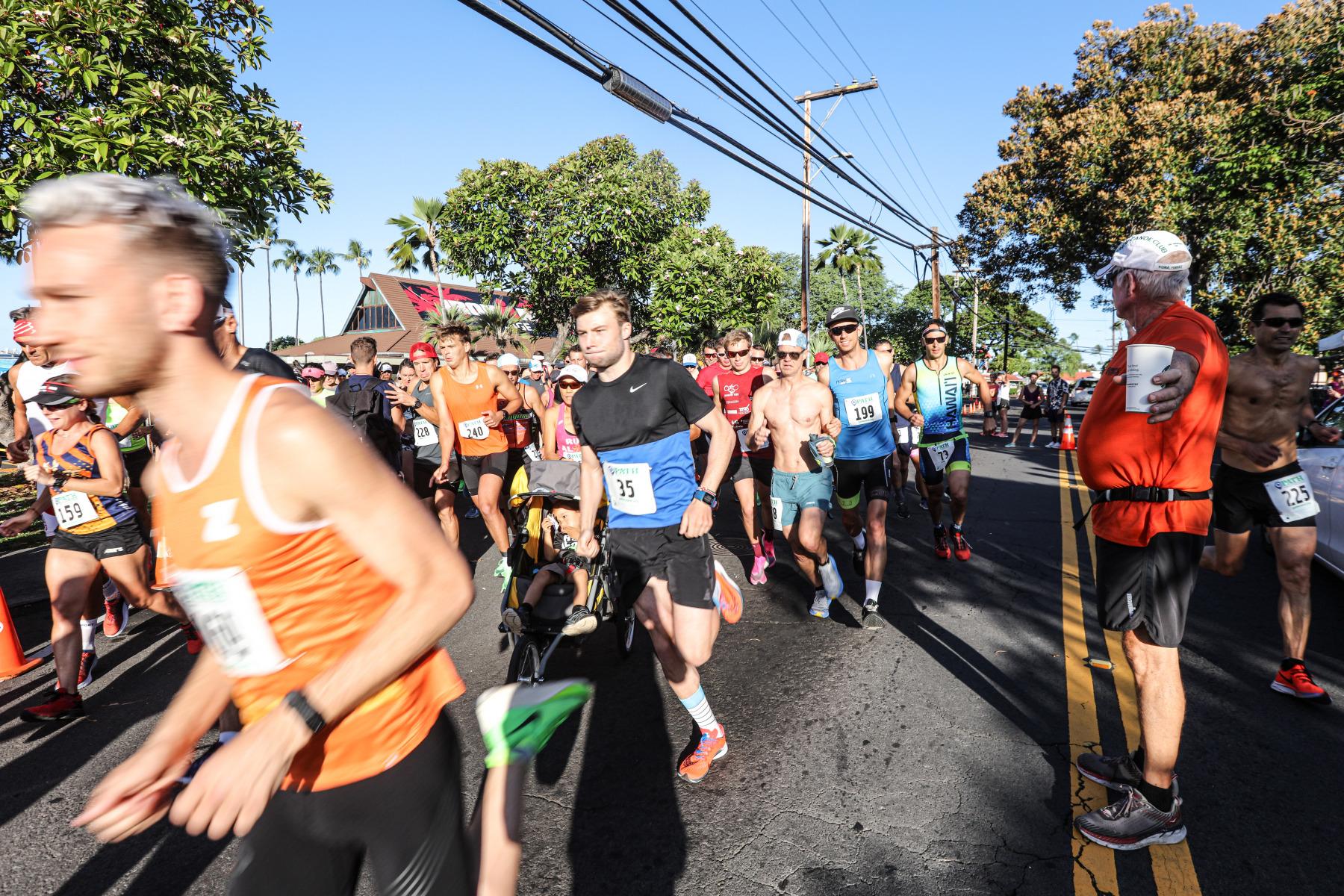 Die 10 Kilometer sind gestartet. Topfavorit Josh Lunn setzt sich im orange farbenen Trikot direkt an die Spitze.