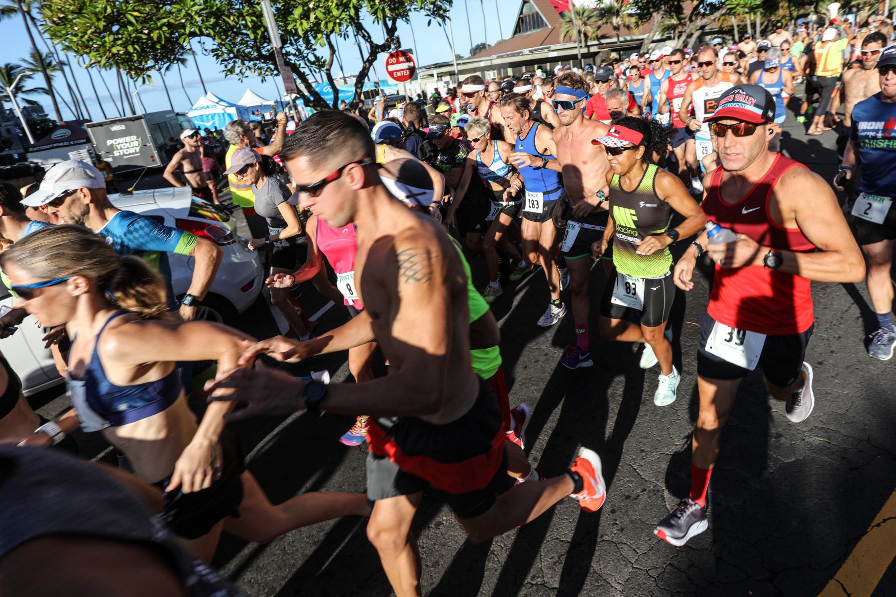 226 Läuferinnen und Läufer machen sich auf den Weg. Fünf Minuten später entern weitere 219 5-Kilometer-Läufer den Alii Drive Richtung Lava Java.