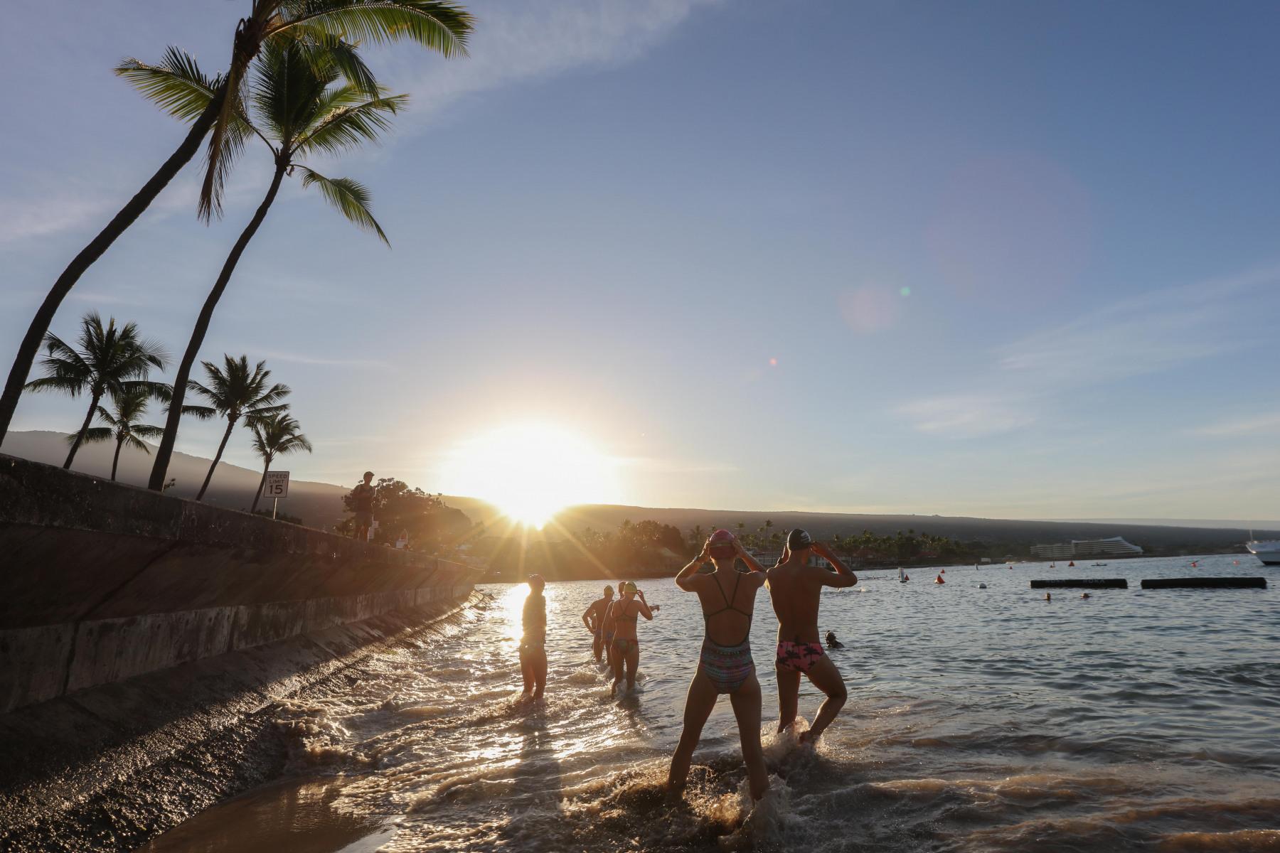 Sobald die ersten Sonnenstrahlen über den Vulkan krabbeln, tummeln sich die Triathleten am berühmten Dig-me-Beach.