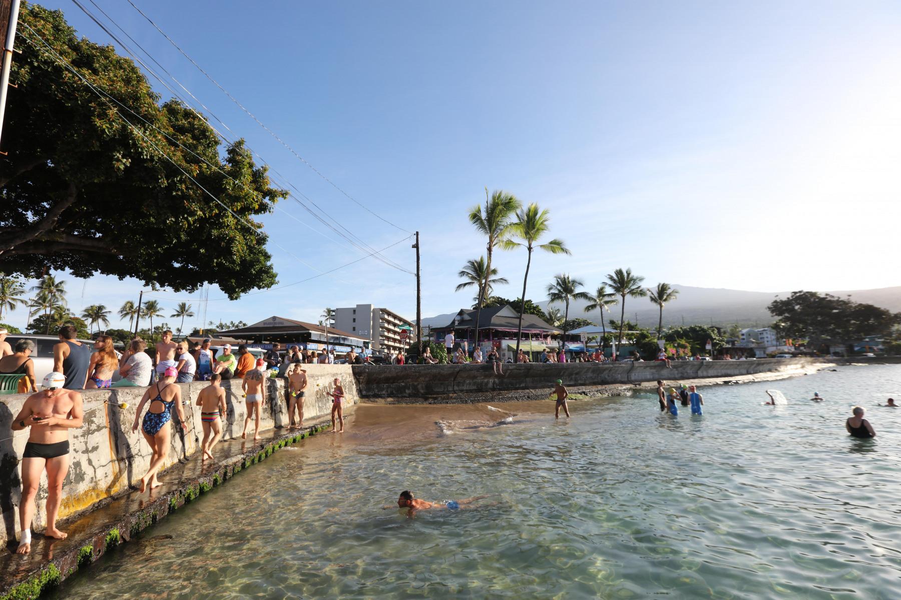 Der Strom der Schwimmbegeisterten reißt nicht ab.