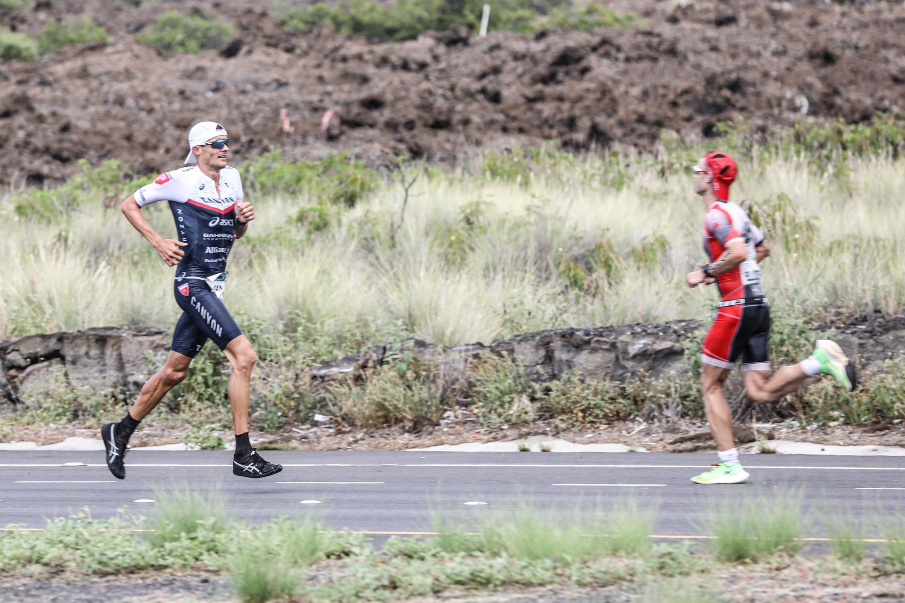 Zurück in die Stadt: Jan Frodeno geht auf die letzten zehn Kilometer und nimmt die Ovationen der entgegenkommenden Agegrouper entgegen.