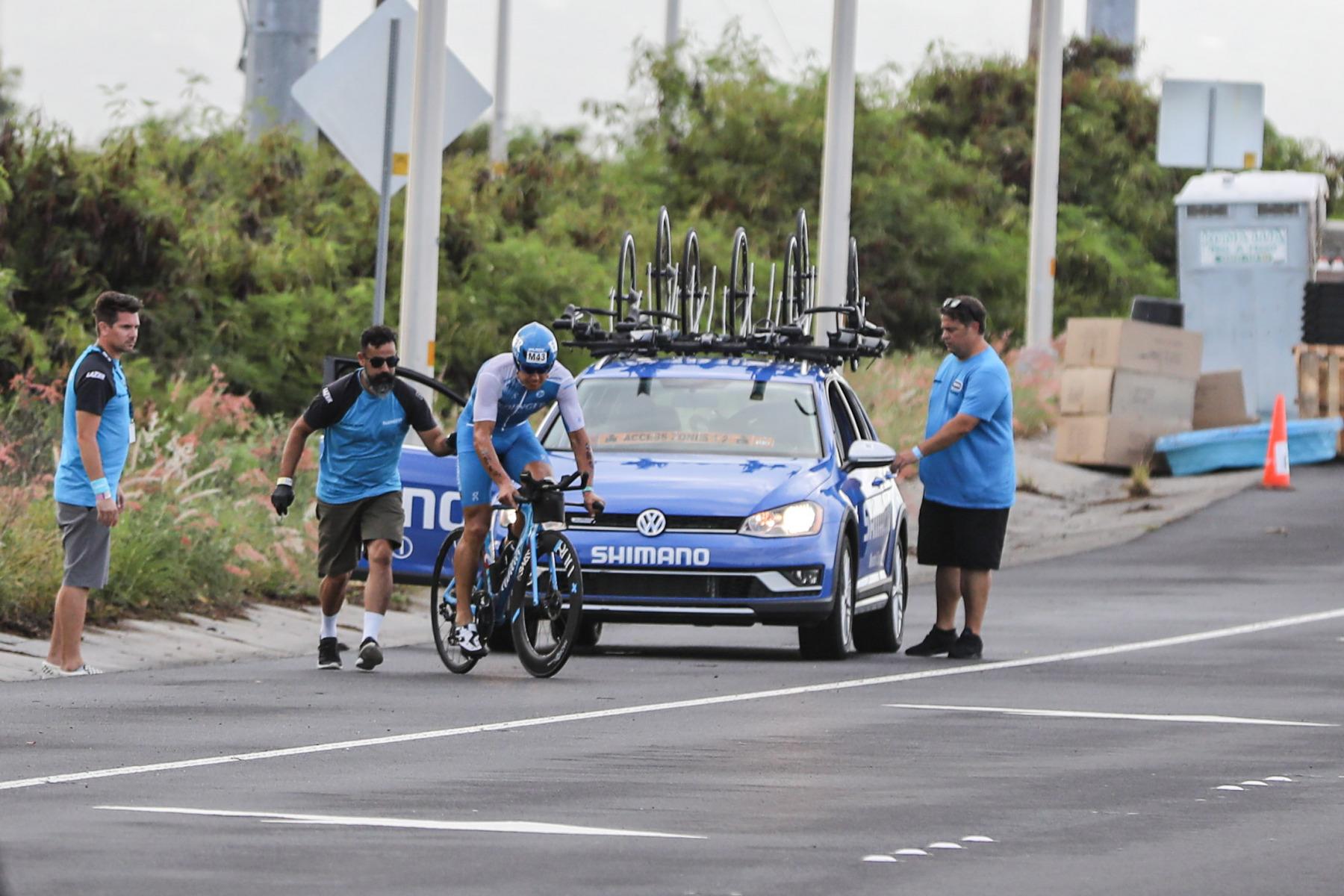 Erstes Opfer: Andreas Dreitz war vor fünf Wochen bei der Ironman-70.3-WM in Nizza schwer gestürzt, hat hier auf Hawaii Schulter- und Materialprobleme. Später steigt er aus.