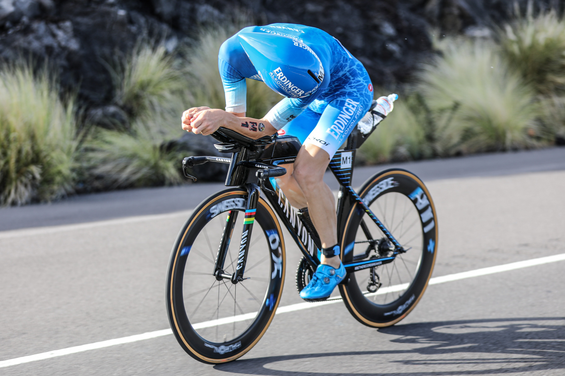 Rückblick auf bessere Zeiten: Patrick Lange kommt nach gutem Schwimmen schlecht in den Radpart. Nach 60 Kilometern steigt der Titelverteidiger aus.