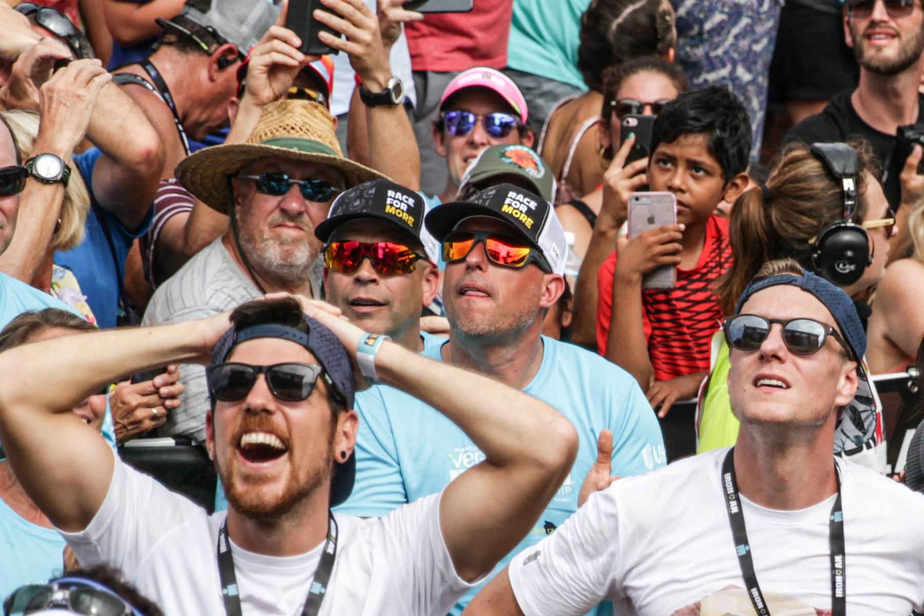 Die Support-Crew des neuen Weltmeisters verfolgt die letzten Schritte auf der großen Leinwand.