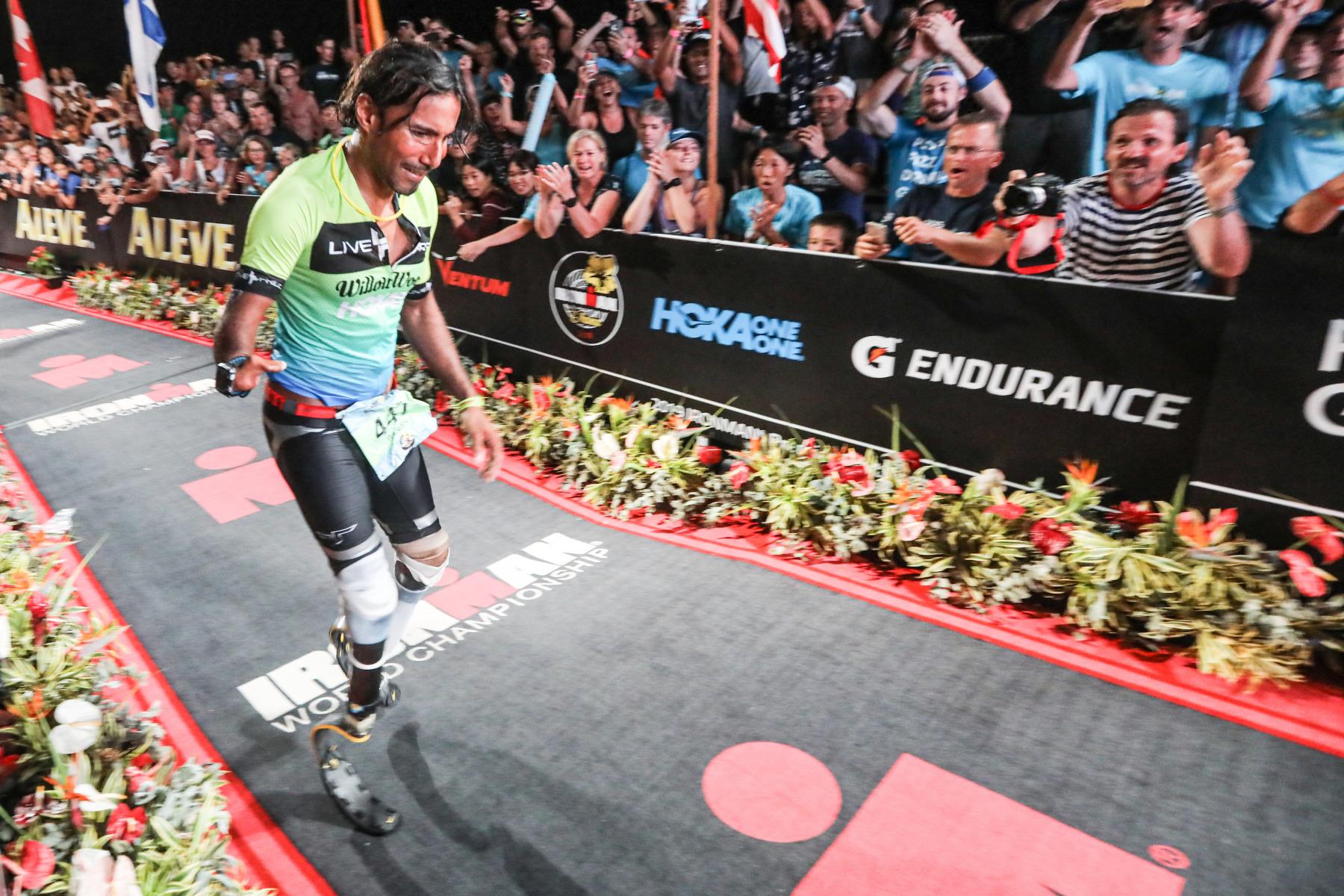 Überwältigt von den Emotionen erreicht ein Athlet mit zwei Beinprothesen kurz  vor Zielschluss um 0.30 Uhr die Finishline.