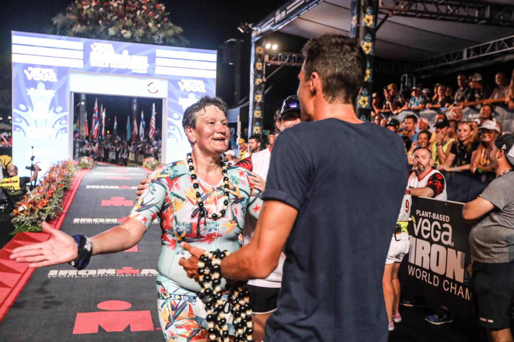Auch das ist Ironman: Weltmeister Jan Frodeno gratuliert einer Agegrouperin zum Finish.